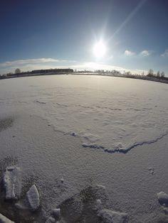 Herrliches #Wetter in #München ! Perfekt für einen #Spaziergang im Park! Frische Luft, blauer Himmel und ein zugefrorener See. Klasse! 🌈