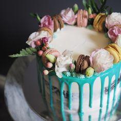 Macaron & flowers naked cake