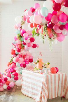deco anniversaire adulte avec ballons colorés de couleur rose