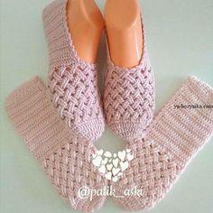 The Cloister Shell Shawl Crochet Tutorial Knitting and Bordado Videos Crochet Slipper Boots, Crochet Slipper Pattern, Knitted Slippers, Crochet Patterns, Diy Crafts Crochet, Crochet Projects, Crochet Shawl, Crochet Baby, Crochet Accessories