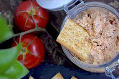 Dieser Mozzarelladip ist perfekt für Cracker, Gemüsesticks oder zu frischem Brot. Dank getrockneter Tomaten und Basilikum schmeckt er einfach nach Urlaub