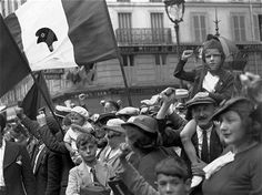 """source : l'internaute rubrique : week-end C'est une photographie de Willy Ronis : """"le front populaire"""" prise en 1936. On y voit le peuple qui manifeste pour le front populaire. Cette photographie est en noir et blanc, il y a des hommes, des femmes et des enfants, ils sont habillés en tenues du dimanche, ils ont des drapeaux avec le bonnet phrygien sur la bande blanche du drapeauy français. ILs manifestent dans les rues de Paris."""