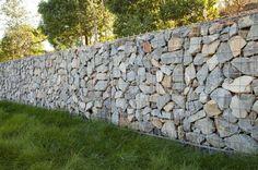 muros de contención modernos con piedras amontonadas