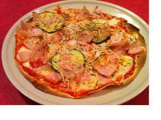De cena, pizza individual. La base es la masa de las fajitas, 3 pp. con tomate triturado 0 pp, 2pp de pechuga de pavo, calabacín a la plancha 0 pp, 2 pp de queso rallado y toque de orégano. 7 pp en total, buena buena cenita de viernes.
