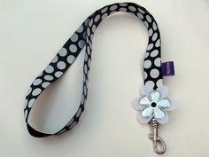Zwart keycord met grote witte stippen en bloemen