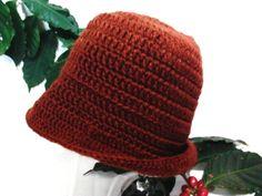 Lindo chapéu Marrom  com abas roxo claro, modelo anos 20 abas maiores atrás e menores na frente em lã de crochê Peça exclusiva  Peça o seu!!! R$ 69,90