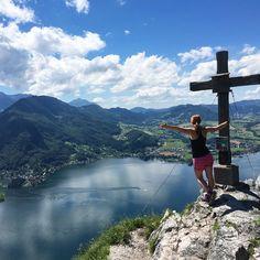 kleiner Schönberg (894m) + on  #☀️ #⛰ #nofilter #perfectday #hiking #mountains #traunsee #traumsee #salzkammergut #ontop #view #aussicht #gipfelkreuz #bestesgefühl #wanderlust #bbg #landleben #bestof #austria #bluesky #naturelove #likeamountaingirl #girlswhohike