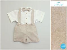 Das dreiteilige Taufset für Jungen besteht aus einer hellbraunen, beigen Shorts mit Trägern und einem kurzärmeligen Leinenhemd in Weiß und braunen Holzknöpfen.  Shorts mit Trägern: Die kurze...