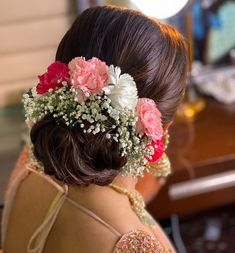 Hair Style Accessories for Indian Wedding Hairstyles. Check out some amazing and trending accessories that are perfect for you this wedding season. Indian Bun Hairstyles, Open Hairstyles, Hairdo Wedding, Indian Wedding Hairstyles, Wedding Day Makeup, Bride Hairstyles, Hairstyle Ideas, Office Hairstyles, Stylish Hairstyles
