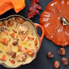 There's turkey on the Thanksgiving menu and in my Staub pan: a tasty and gourmand blanket of brown turkey and seasonal squash. Cocotte Staub, Cocotte Recipe, Gourmet Recipes, Cooking Recipes, Thanksgiving Drinks, Happy Kitchen, Cordon Bleu, Fall Recipes, Food Print