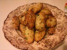 Pastéis de Bacalhau 500g de bacalhau; 400g de batata; 2 ovos; salsa picada; cebola picada; alho; sal e pimenta q.b.