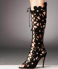 585614355e20 To know more about Manolo Blahnik