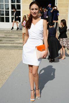Olga Kurylenko. Con LWD y un toque naranja en los complementos.