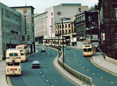 Commercial Street looking towards the High Street, Sheffield. Before the tram, before they filled in the 'Oyl In't Road'. Not sure when this photo was taken but Sheffield buses were thus colour when I moved to this lovely city in Sheffield Pubs, Sheffield England, Places To Visit Uk, Sources Of Iron, University Of Sheffield, Commercial Street, South Yorkshire, Derbyshire, Urban Landscape