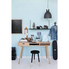 @lirumlarumleg Så kan vi med stor glæde præsentere vores nye fine møbler fra @hubschinterior - her en skrivebordsplads til den store dreng 👏🏻 #hubschinterior #lirumlarumleg #kidsinterior #børneværelse #skrivebord #tavle #lamper #hylder #skamler #fermliving #roseinapril #goodnightlight #nomess #playforever #doiy #bfrdrikkeflasker #mathildeandersson #brugi