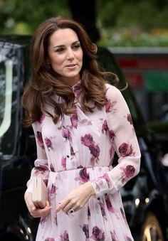 Kate Middleton surge linda com vestido floral cor-de-rosa