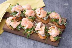 Il crostino con salmone marinato  è un'idea gourmet da servire come antipasto,  perfetta per stupire gli ospiti con il minimo sforzo!