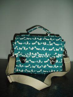Jade & Stig Muizjes: Boekentas - with free patern Diy Bags Purses, Pouch Pattern, Diy Handbag, Diy Couture, Bag Patterns To Sew, Sewing Patterns, Simple Bags, Kids Bags, Cute Bags