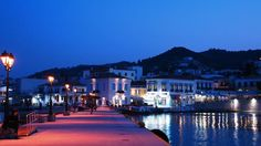 Spetses is a lively island near Attica, ideal for short and long holidays. Find out everything about entertainment & accommodation in Spetses, in Greece. Attica Greece, House Yard, Hidden Beach, Unique Architecture, Crystal Clear Water, Grand Hotel, Greek Islands, Athens, Places To See