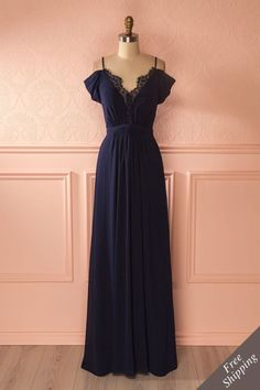 5ebe006478d Tendance robes de soirée   Sa magnifique robe de soirée laissait  merveilleusement paraître son dos!