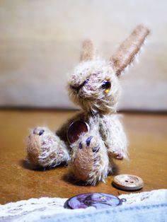 スパースモヘアのウサギです。スウェーデンの切手を閉じ込めた手製の樹脂のペンダントをしています。足はスウェード。ドイツ製グラスアイです。過去にオークション販売し...|ハンドメイド、手作り、手仕事品の通販・販売・購入ならCreema。