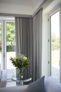 Modern Curtain And Blinds Ideas.A Stylish Combination Wood Venetian Blinds And Curtains . Home and Family Curtain Pelmet, Wave Curtains, Ceiling Curtains, Pleated Curtains, Curtains Living, Modern Curtains, Drapery Panels, Contemporary Curtains, Curtain Box