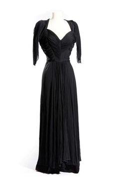 Madame GRES - PARIS Couture Robe du soir en jersey de soie noire, dos nu entièrement plissée décolleté plongeant épaules couverte circa 1952 Griffée Vendue aux #encheres le 30/01/14 par Aguttes. #Mode #Fashion #Luxe