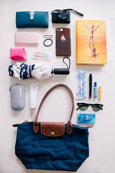 Whats in my purse handbags purses in 2019 сумки, гардероб, с What's In My Backpack, Backpack Purse, Tote Bag, Types Of Handbags, Purses And Handbags, Work Bag Essentials, Purse Necessities, Inside My Bag, What's In My Purse