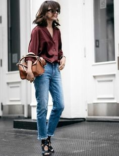 Une chemise bordeaux avec un jean.