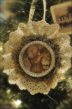 turn a jar lid into a beautiful thing...use old Christmas cards, vintage Christmas prints. Use ribbon instead of the eyelet/lace...