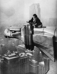Margaret bourke White.Rien ne l'arrêtait.Ici perchée au 61ème étage sur l'un des 8 aigles en acier  du Chrysler Building.