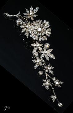 ダイヤモンド トレンブラン ブローチ フランス 1880年頃 オールドヨーロピアンカット・ダイヤモンド、 ローズカットダイヤモンド、 シルバー&18ctゴールド 4,7cm×14,5cm 花びらの直径3cm