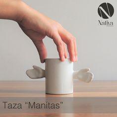 """Taza """"Manitas""""  Taza en color blanco.  Medidas: 14w x 06d x 07h (medidas en centímetros)  Materiales: Estructura de cerámica en color blanco.  www.nativainteriorismo.com.mx contacto@nativainteriorismo.com.mx Teléfono: 0155-55647715 CDMX"""