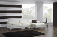 canape-design-italien-cuir-blanc-pour-le-salon-chic-sol-en-parquet-clair