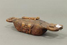 A carved Maori folk art Waka Huia, with gecko lid and manaia handles. Wake Island, Polynesian People, Pitcairn Islands, Maori Art, Easter Island, Ocean Art, Abalone Shell, Tribal Art, Folk Art