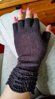 Satumaisia silmukoita: Kynsikkäät reumalangasta, naisten koko, ohje (isommat kuin aikaisempi ohje) Knit Mittens, Mitten Gloves, Knitting Socks, Diy Accessories, Decorative Accessories, Handicraft, Fingerless Gloves, Arm Warmers, Needlework