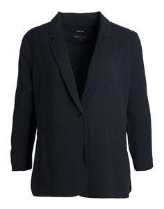Ein schwarzer, lässig fließender Boyfriend Blazer hat seinen Platz in jedem gut sortierten Kleiderschrank.