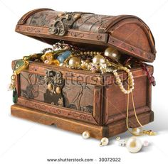 Pirate parties are great for DIY inspiration, but if you want to invest in one prop, choose a treasure chest. Use it as part of your food presentation or stuff it fool of pirate gold and party favors. Pirate Treasure Chest, Treasure Boxes, Buried Treasure, Treasure Hunting, Decoration Pirate, Mardi Gras Centerpieces, Tropical Centerpieces, Centerpiece Ideas, Table Decorations