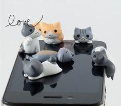 ¡Protege tu móvil con gatitos! Estos gatitos se introducen en la salida mini-jack de 3,5mm de tu móvil para protegerlo y que no le entre polvo. ¡Además que