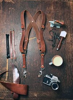 This camera harness is made out of very high quality and nice leather- It has that nice and heavy full grain leather feel to it, but because of the way it has been treated its nice and supple and forms superbly around the body and is really comfortable.