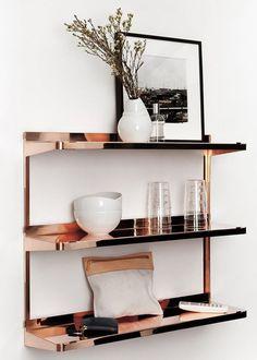 Une étagère cuivrée pour une décoration raffinée