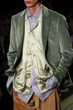 Burberry Fall 2016 Ready-to-Wear Fashion Show Details High Fashion, Fashion Show, Mens Fashion, Bomber Jacket, Suit Jacket, Burberry Prorsum, Displaying Collections, Heritage Brands, Fall 2016