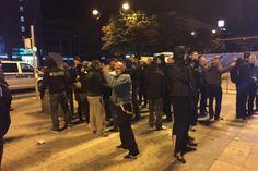 Viele Dortmunder brachten in der Nacht Lebensmittel, Decken und Spielzeug für die erwarteten Flüchtlinge zum Hauptbahnhof. Hier kam es zu Zusammenstößen zwischen Rechtsextremen und ihren Gegnern.