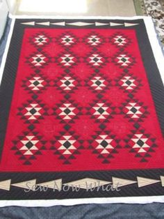 Original quilt by Carie Shields, reminiscent of a Navajo rug. Based on Native American Designs II by Joyce Mori. Southwestern Quilts, Southwest Style, Indian Quilt, American Quilt, Daisy, Star Quilts, Quilt Making, Quilting Designs, Decoration