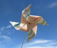 Faire un moulin à vent qui tourne - Tuto Origami Tutorial, Windmill, Creations, Outdoor Decor, 1 An, Julie, Jouer, Communion, Dyi