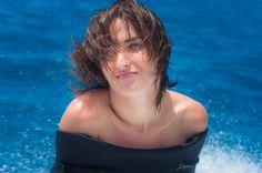 Salomé, jolie française originaire de Paris, comédienne de l'équipe de tournage à la ferme perlière de Fakarava.