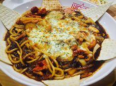 요 몇일 먹은것중 두번째로 맛있던거 #홍대#마약찜닭#새까망찜닭#거꾸로음료#치즈찜닭 by yyyeom_js
