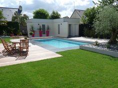En Bretagne, découvrez comment un banal jardin a été métamorphosé en un espace outdoor avec piscine et terrasses qui mêlent bois exotique, béton lisse et gravier blanc.