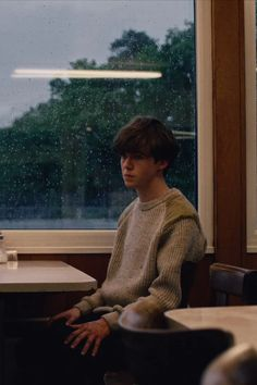 Is James in The End of the F***ing World Season The first season of The End of the F***ing World ended with a massive cliffhanger. Main characters Alyssa (Jessica Bardem) and James (Alex Lawther) reach a Film Aesthetic, Aesthetic Grunge, The End, End Of The World, Series Movies, Tv Series, Drama Series, James And Alyssa, World Wallpaper