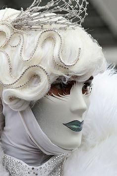 Zo kun je ook een effect aan het masker geven: juist stukjes wegsnijden, waardoor je speelsere vormen in het masker krijgt